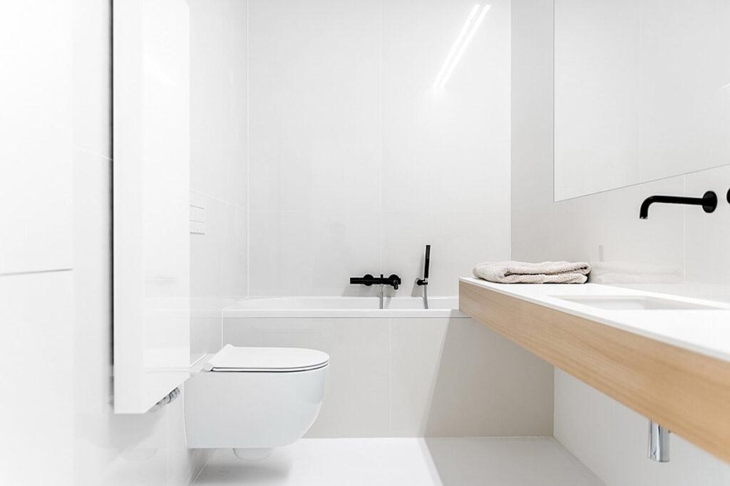 biała posadzka poliuretanowa w łazience
